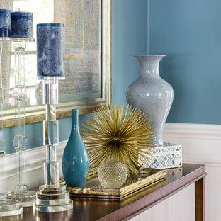 Foto di una sala da pranzo classica chiusa con pareti blu e parquet chiaro