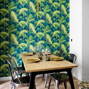 Aménagement d'une salle à manger ouverte sur le salon contemporaine de taille moyenne avec un mur blanc et un sol en bois clair.