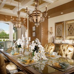 Immagine di un'ampia sala da pranzo aperta verso la cucina chic con pareti marroni, parquet chiaro e nessun camino