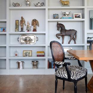Пример оригинального дизайна: маленькая гостиная-столовая в стиле фьюжн с серыми стенами и пробковым полом без камина