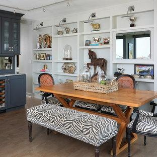 Idee per una piccola sala da pranzo aperta verso la cucina eclettica con pareti grigie, pavimento in sughero e nessun camino