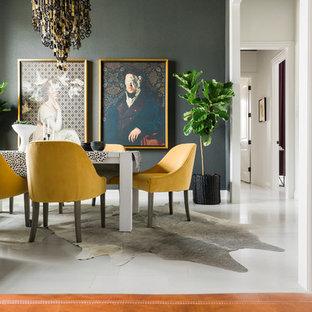 Неиссякаемый источник вдохновения для домашнего уюта: большая отдельная столовая в стиле фьюжн с черными стенами, светлым паркетным полом и бежевым полом