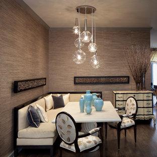 Ispirazione per una sala da pranzo design con pareti marroni e parquet scuro