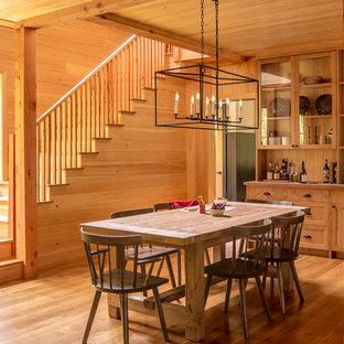 Rustik inredning av ett kök med matplats, med mellanmörkt trägolv och brunt golv