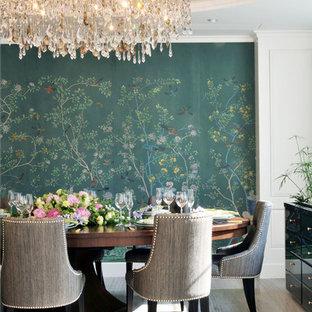 Esempio di una sala da pranzo tradizionale con pareti multicolore, parquet chiaro e nessun camino