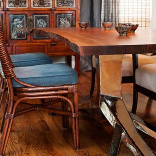 Foto di una sala da pranzo aperta verso il soggiorno bohémian di medie dimensioni con pareti beige e pavimento in legno massello medio