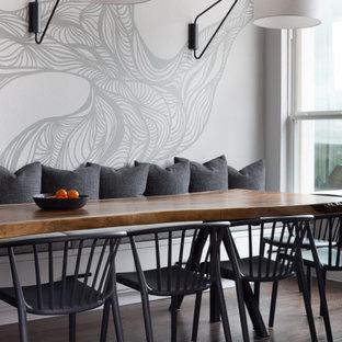 Inredning av ett klassiskt mellanstort kök med matplats, med beige väggar, mellanmörkt trägolv och brunt golv
