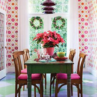Idée de décoration pour une salle à manger bohème fermée avec un mur multicolore, un sol en bois peint et un sol multicolore.