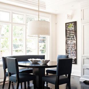 Esempio di una sala da pranzo classica con pareti bianche, pavimento in legno verniciato e pavimento nero