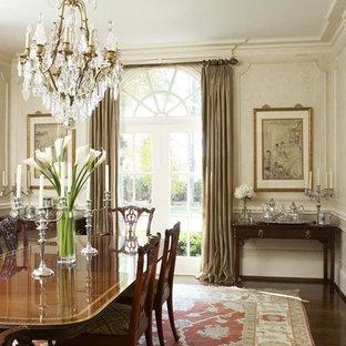 Inspiration pour une grand salle à manger victorienne avec un mur blanc, un sol en bois foncé et aucune cheminée.