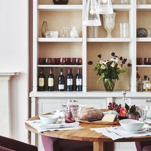 Idéer för mellanstora vintage matplatser med öppen planlösning, med rosa väggar, mellanmörkt trägolv och brunt golv