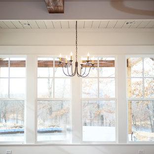 Ejemplo de comedor campestre, de tamaño medio, abierto, sin chimenea, con paredes púrpuras y suelo de madera en tonos medios