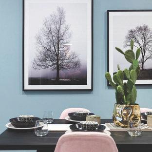 Immagine di una sala da pranzo aperta verso il soggiorno nordica di medie dimensioni con pareti blu, pavimento con piastrelle in ceramica e pavimento bianco