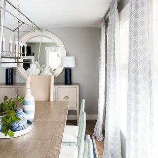 Esempio di una sala da pranzo aperta verso la cucina chic di medie dimensioni con pareti grigie e pavimento in laminato