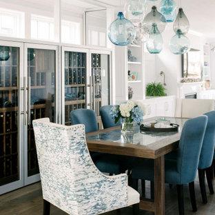 Immagine di una sala da pranzo costiera con pareti bianche, parquet scuro, pavimento marrone e soffitto in perlinato