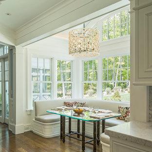 Imagen de comedor de cocina clásico con paredes blancas, suelo de madera en tonos medios y suelo marrón