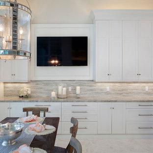 Idéer för en mellanstor klassisk matplats med öppen planlösning, med beige väggar, marmorgolv och flerfärgat golv