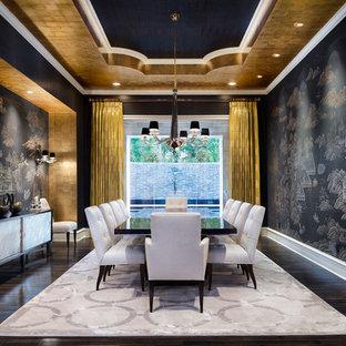 Foto di una grande sala da pranzo chic chiusa con pareti nere e parquet scuro