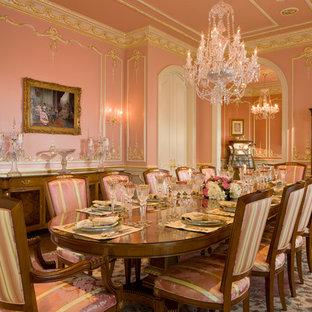 Modelo de comedor de cocina clásico, grande, con paredes rosas y suelo de madera en tonos medios