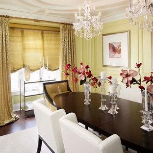 Immagine di una sala da pranzo tradizionale chiusa e di medie dimensioni con pareti gialle e parquet scuro