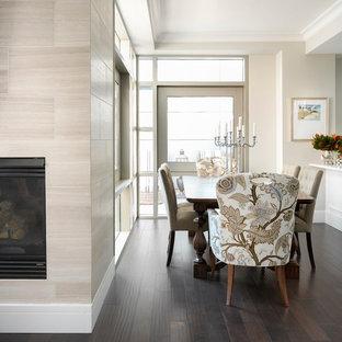 Новые идеи обустройства дома: маленькая кухня-столовая в стиле современная классика с бежевыми стенами, темным паркетным полом, подвесным камином, фасадом камина из плитки и коричневым полом