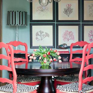 Idée de décoration pour une grande salle à manger ouverte sur la cuisine tradition avec un mur bleu et un sol en bois brun.
