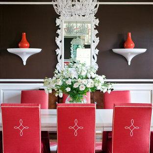 Cette image montre une grande salle à manger traditionnelle avec un mur marron, un sol en bois brun et aucune cheminée.