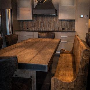 Modelo de comedor de cocina minimalista, pequeño, con paredes blancas, suelo de cemento y suelo negro