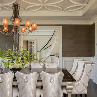 Imagen de comedor clásico, cerrado, con paredes marrones y suelo de madera oscura