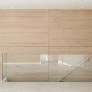 Idee per una sala da pranzo aperta verso la cucina contemporanea di medie dimensioni con pareti marroni, pavimento in gres porcellanato e pavimento grigio
