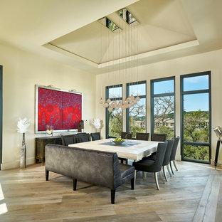 オースティンの広いコンテンポラリースタイルのおしゃれな独立型ダイニング (ベージュの壁、淡色無垢フローリング、ベージュの床、暖炉なし) の写真