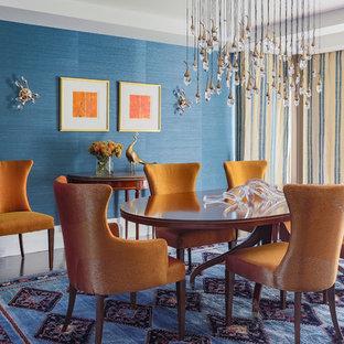 Aménagement d'une salle à manger classique de taille moyenne avec un mur bleu et un sol en bois foncé.