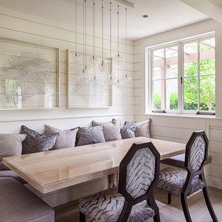Diseño de comedor marinero, de tamaño medio, abierto, con paredes blancas y suelo de madera clara