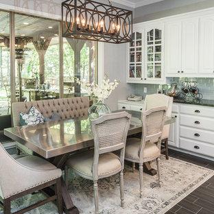 Idee per una grande sala da pranzo country con pavimento in gres porcellanato, pavimento marrone e pareti grigie