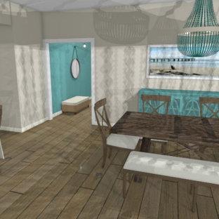 Aménagement d'une salle à manger ouverte sur la cuisine bord de mer de taille moyenne avec un mur blanc, un sol en bois brun, une cheminée standard, un manteau de cheminée en lambris de bois, un sol gris et un plafond décaissé.