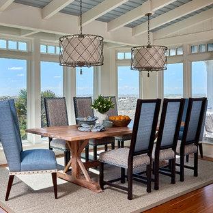 Ispirazione per una sala da pranzo costiera con pavimento in legno massello medio e nessun camino