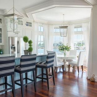 Diseño de comedor de cocina costero, de tamaño medio, con paredes blancas y suelo de madera en tonos medios