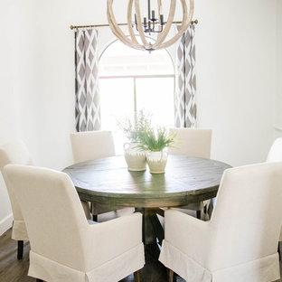 Esempio di una sala da pranzo aperta verso la cucina stile marino di medie dimensioni con pareti bianche, pavimento in laminato e pavimento grigio