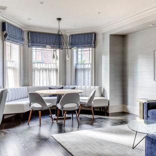 Esempio di una sala da pranzo aperta verso il soggiorno classica con pareti grigie, parquet scuro e pavimento marrone