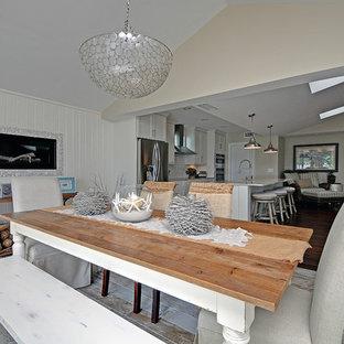 Esempio di una sala da pranzo aperta verso il soggiorno stile marinaro di medie dimensioni con pavimento in vinile