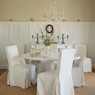 Aménagement d'une salle à manger romantique fermée et de taille moyenne avec un mur beige, un sol en bois foncé, aucune cheminée et un sol marron.