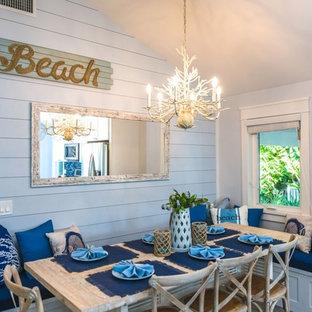 タンパのビーチスタイルのおしゃれなダイニングキッチン (青い壁、磁器タイルの床、グレーの床) の写真