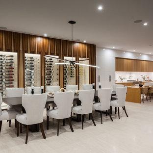 Immagine di una grande sala da pranzo aperta verso la cucina contemporanea con pareti multicolore, pavimento in marmo e pavimento bianco