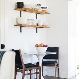 Lantlig inredning av en liten matplats med öppen planlösning, med vita väggar och vinylgolv