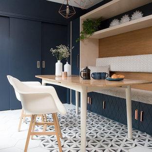 Imagen de comedor bohemio, pequeño, sin chimenea, con suelo multicolor, paredes azules y suelo de baldosas de cerámica