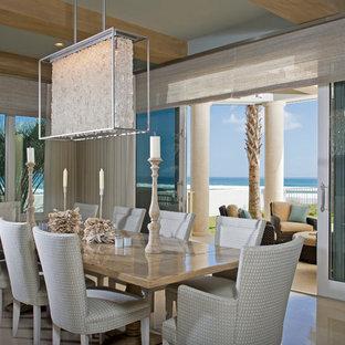 Ispirazione per una grande sala da pranzo aperta verso la cucina stile marinaro con pavimento in marmo, nessun camino e pavimento beige