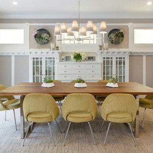 Idee per una sala da pranzo tradizionale chiusa con pareti con effetto metallico, parquet scuro e pavimento marrone