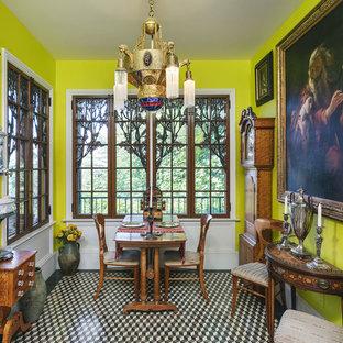 Idées déco pour une salle à manger victorienne avec un mur vert et un sol multicolore.