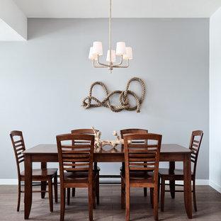 Idee per una sala da pranzo contemporanea chiusa e di medie dimensioni con pareti grigie e pavimento in laminato