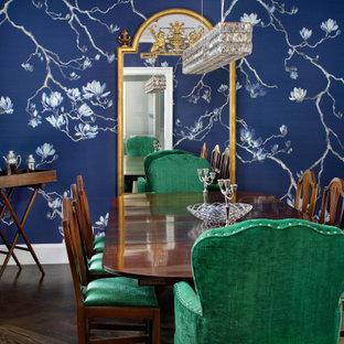 Immagine di una sala da pranzo classica chiusa e di medie dimensioni con pareti blu, pavimento marrone, parquet scuro e carta da parati
